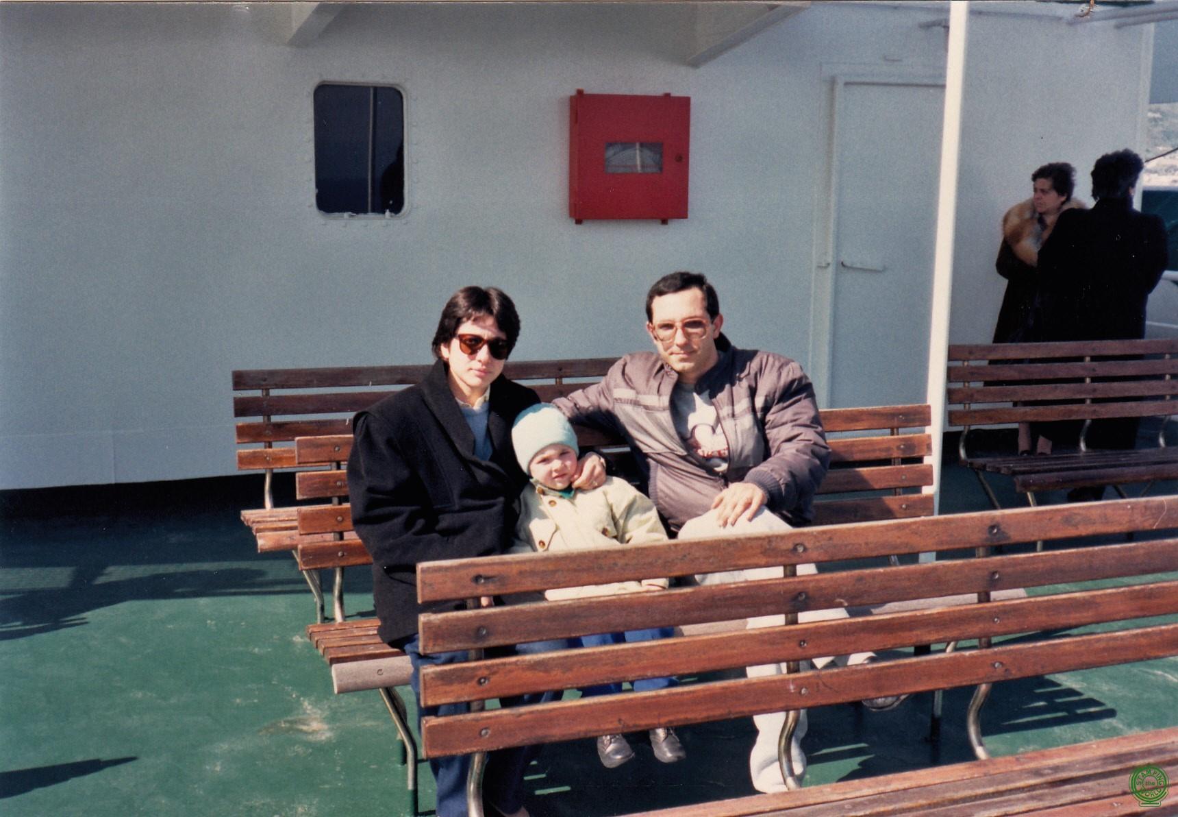Famiglia al completo sul traghetto
