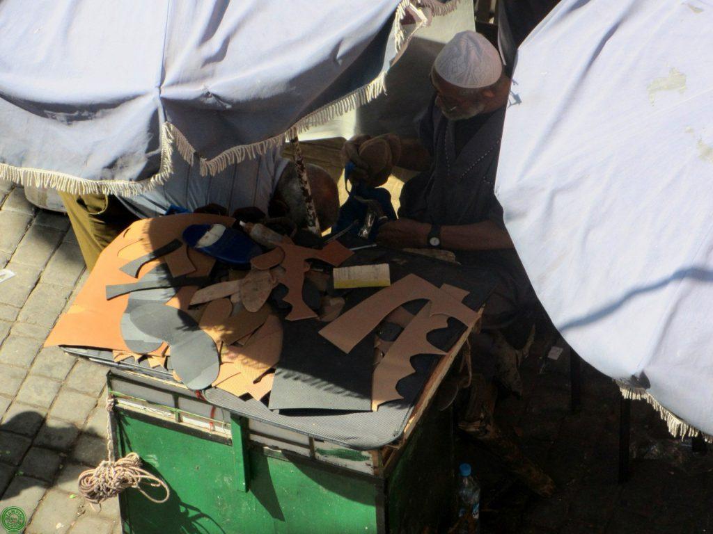 artigiano nel souk di Marrakech