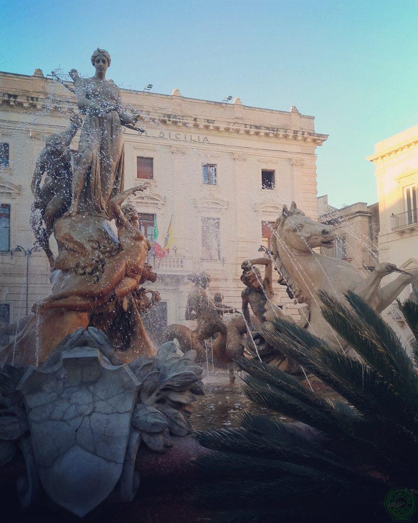 Fontana di Artemide al centro di Piazza Archimede