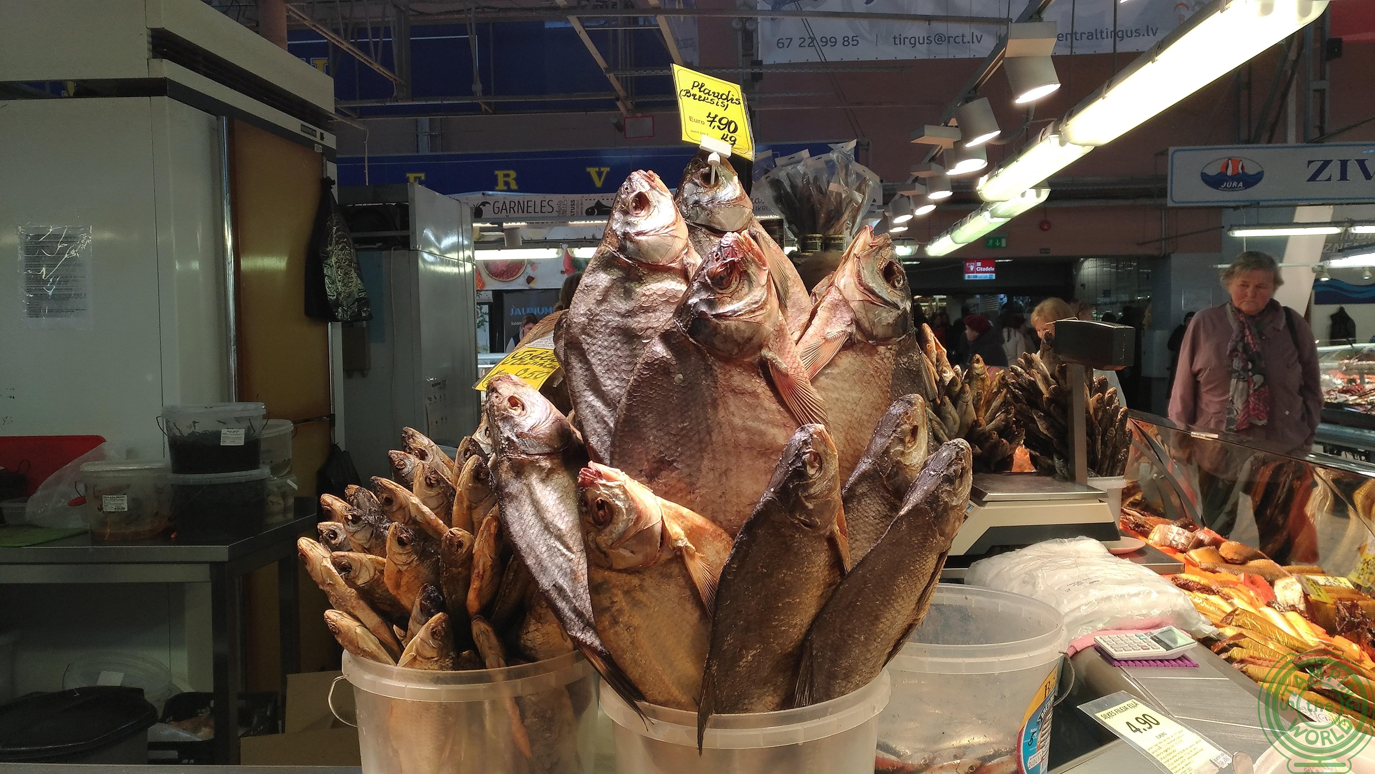 il mercato centrale di Riga - pesce a mazzi