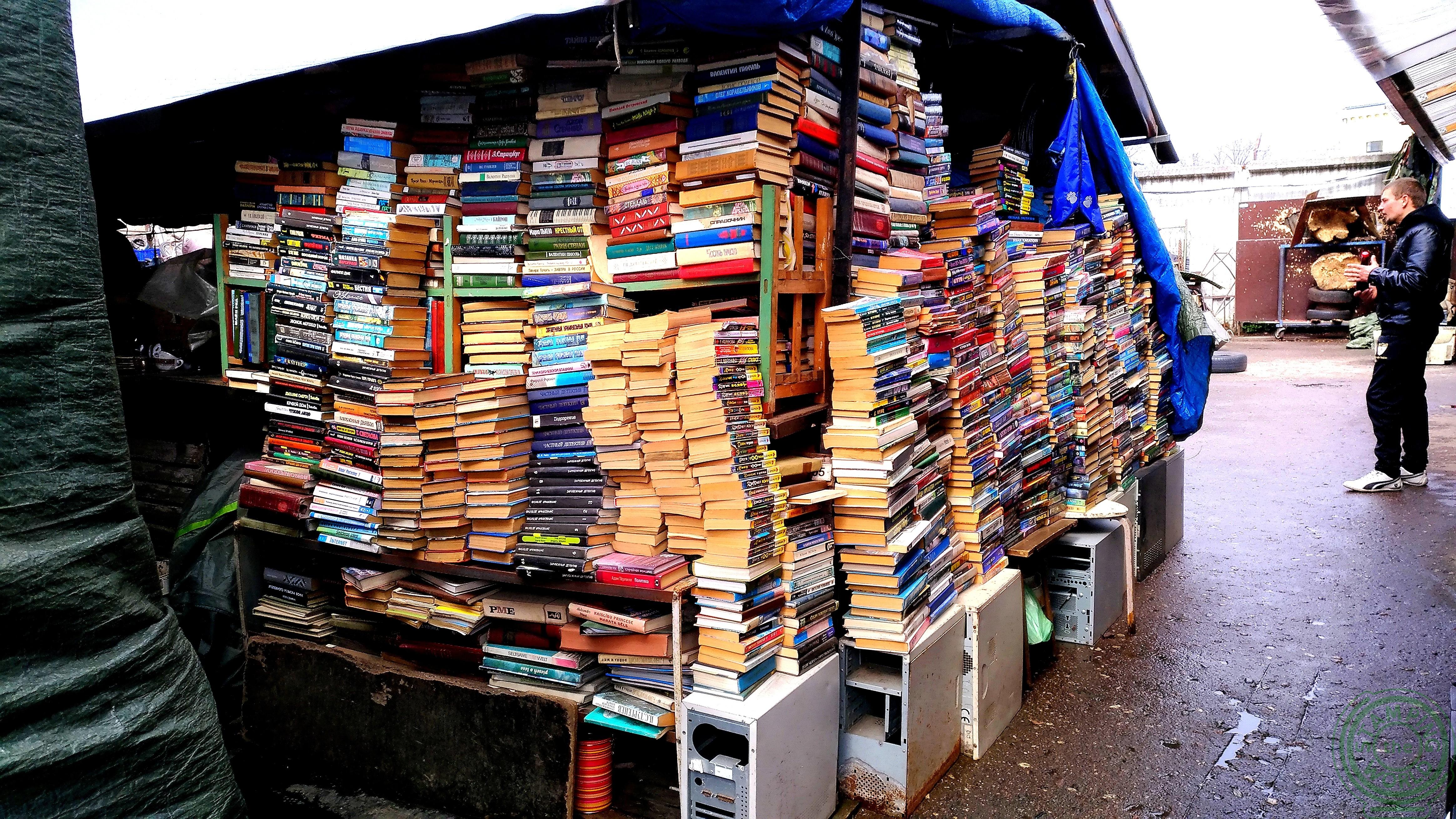 pile di libri nel mercato delle pulci- il quartiere russo di Riga