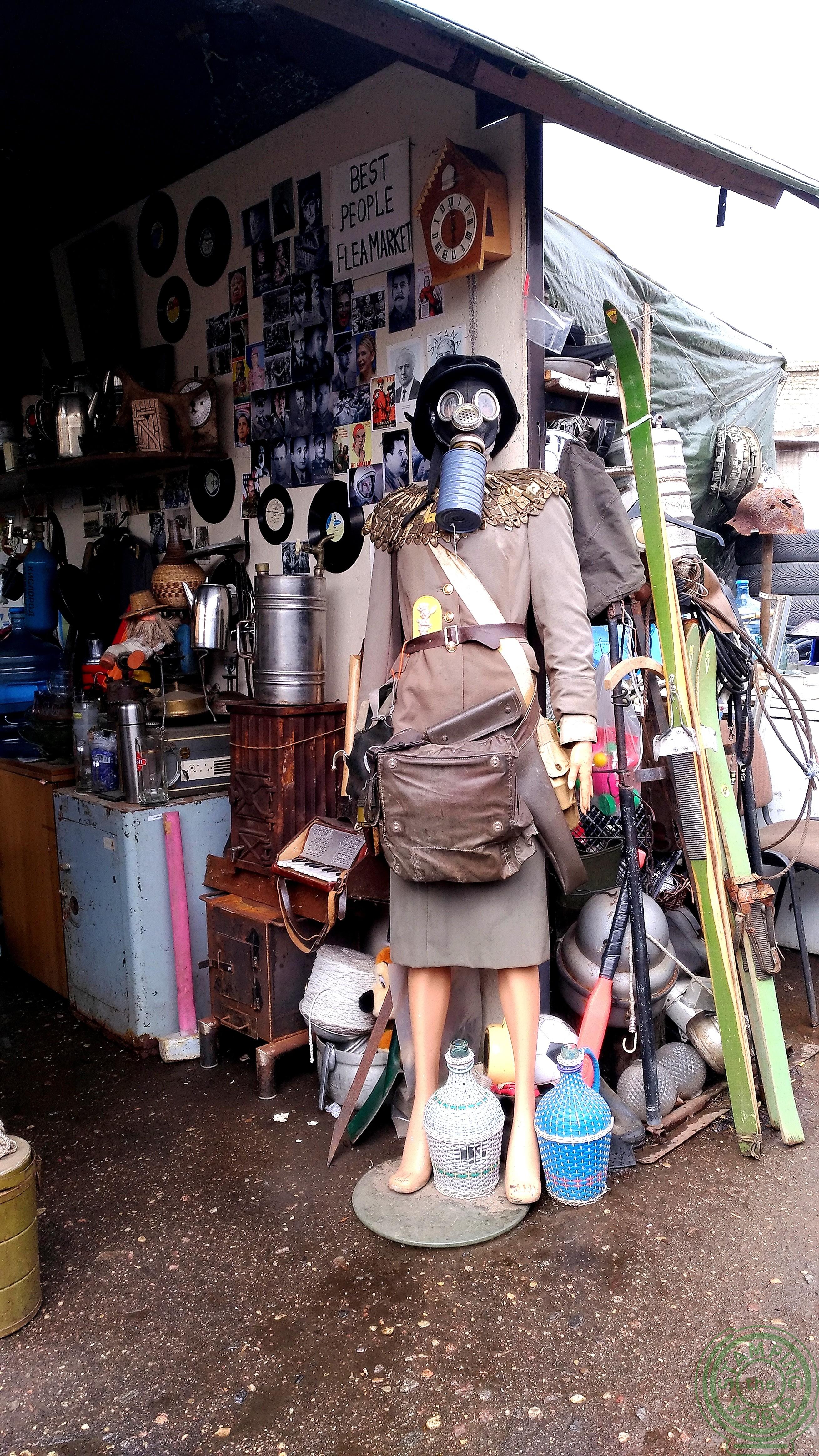 strani oggetti nel mercato delle pulci - il quartiere russo di Riga